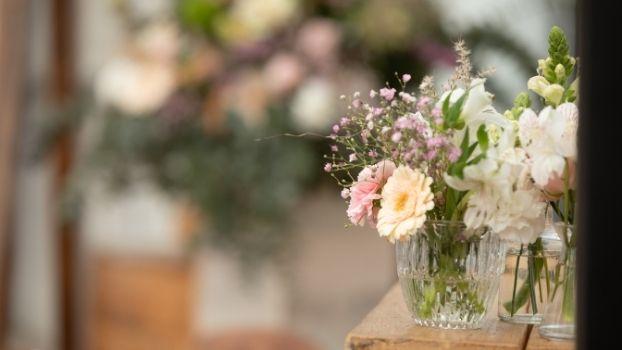 Decoreer je bruiloft met vaasjes veldbloemen. De budget tip voor jou aanstaande huwelijksfeest!