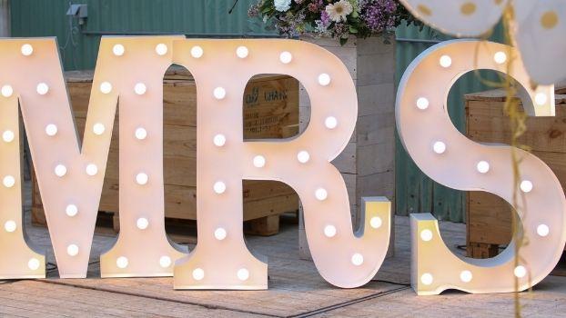 Decoreer je bruiloft met lichtletters. De tip voor jou aanstaande huwelijksfeest!